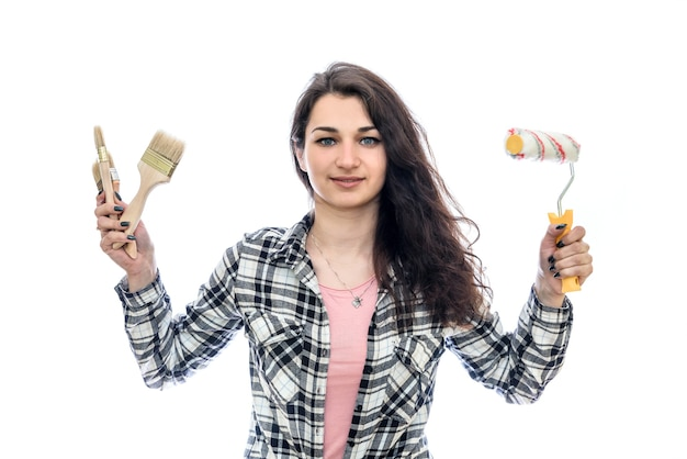 Donna con strumenti di pittura isolati sulla parete bianca