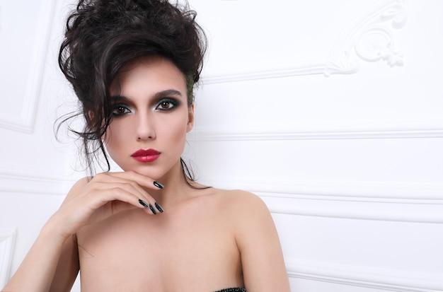 Donna con una manicure perfetta