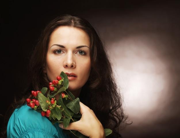 Donna con fiori rosa.
