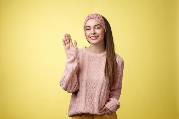 Donna con maglione rosa su giallo