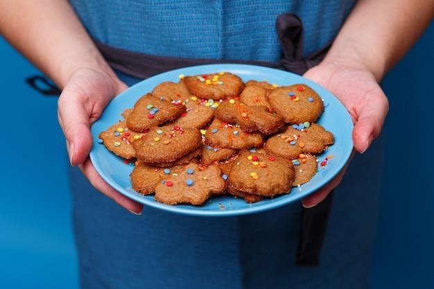 Donna con i biscotti del piatto a forma di razzo