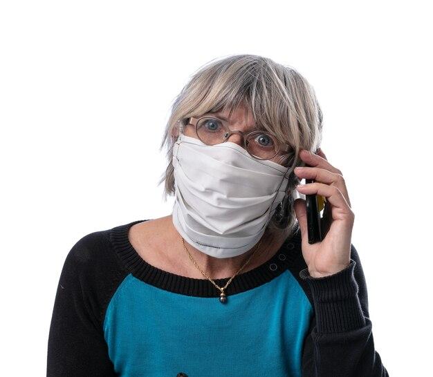 Donna con una maschera protettiva su una superficie bianca
