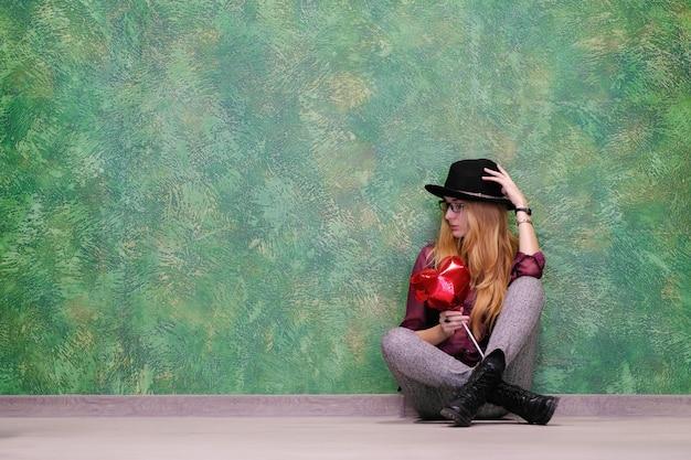 Donna con un cuore di palloncino rosso il 14 febbraio san valentino.