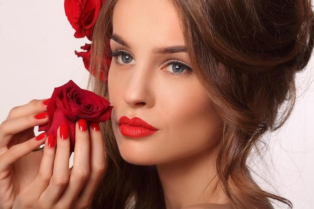 Donna con unghie rosse