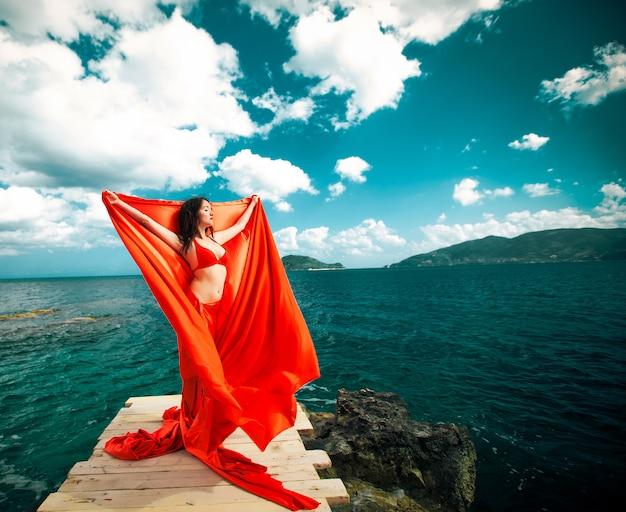 Donna con gonna e tessuto rossi