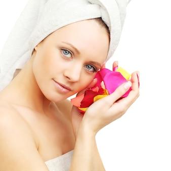 Donna con petali di rosa - cura della pelle