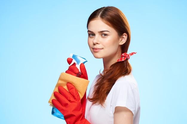 Donna con guanti di gomma e prodotti per la pulizia