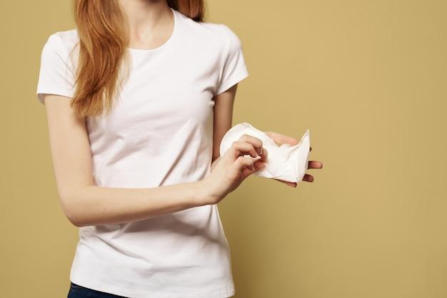 Donna con un assorbente in mano