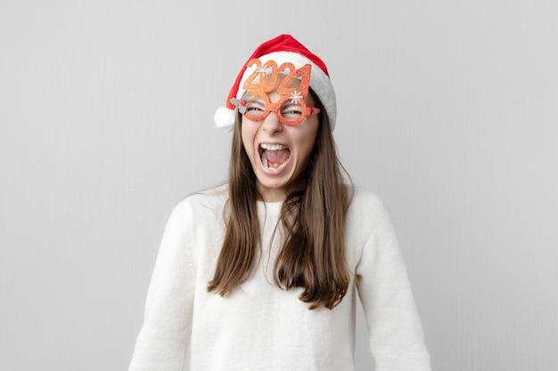Donna con cappello da babbo natale e occhiali 2021.