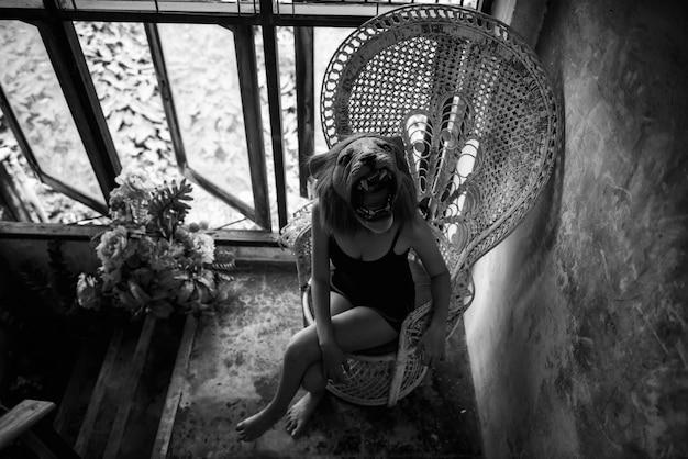 Donna con la maschera del leone spaventato sulla sedia