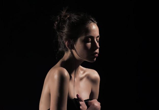 Donna con viso sensuale e spalle nude. skincare, idratazione, benessere. purezza, perfezione, concetto di sensualità. bellezza e moda