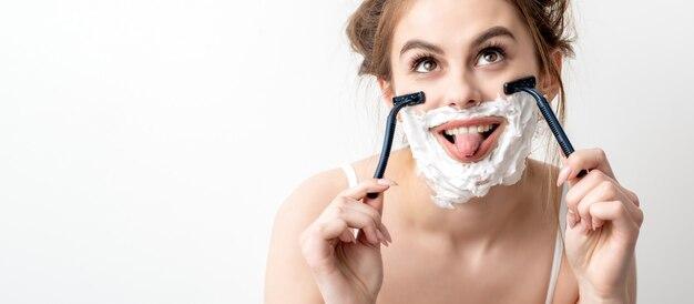 Donna con schiuma da barba sul viso