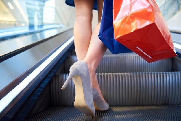 Donna con le borse della spesa