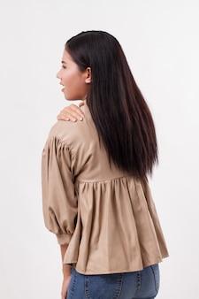Donna con dolore alla spalla o al collo, rigidità, lesioni