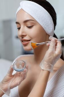Donna con trattamento per la cura della pelle