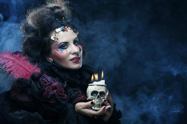 Donna con teschio. tema di halloween.
