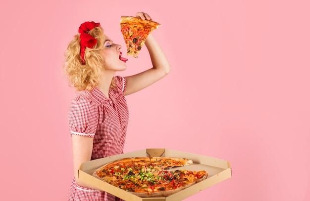 Donna con fetta di pizza. fast food. cibo italiano. la ragazza affamata gode di una gustosa cottura. il pranzo.