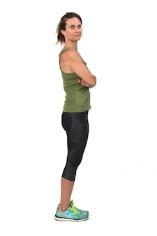 Donna con abbigliamento sportivo, braccia incrociate