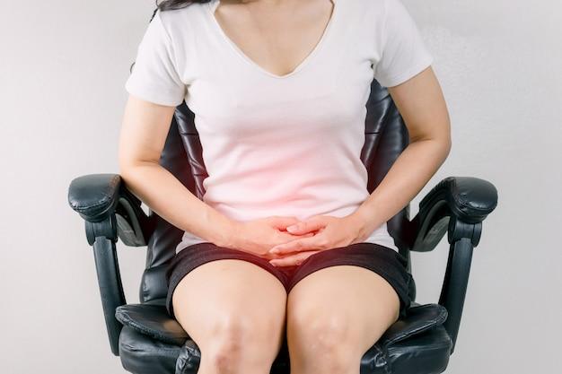 Una donna con mal di stomaco crampi mestruali
