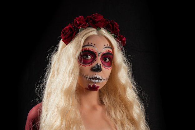 Donna con trucco del cranio dello zucchero e capelli biondi isolati