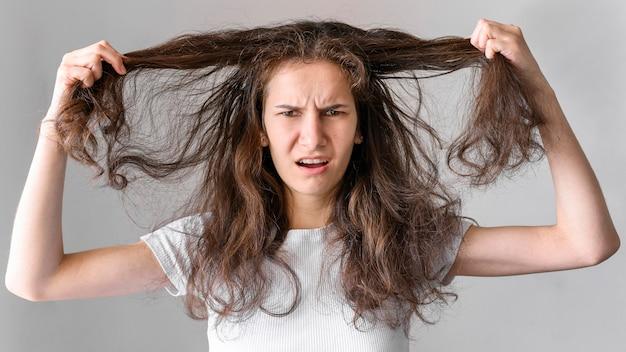 Donna con i capelli arruffati