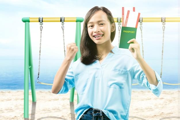 Donna con biglietto e passaporto in viaggio verso la spiaggia con uno sfondo di cielo blu
