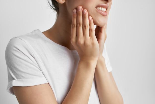 Donna con mal di denti che tiene la medicina del viso odontoiatria