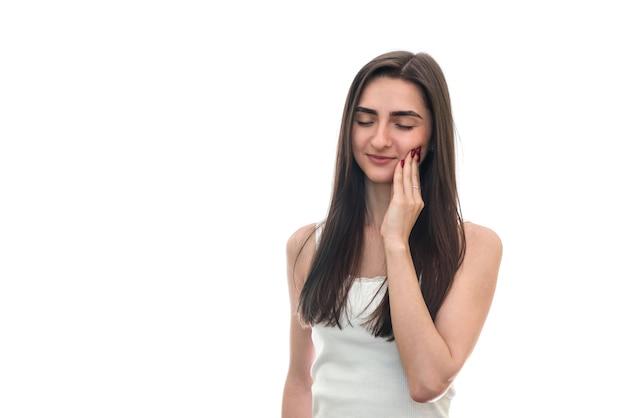Donna con mal di denti isolato su superficie bianca