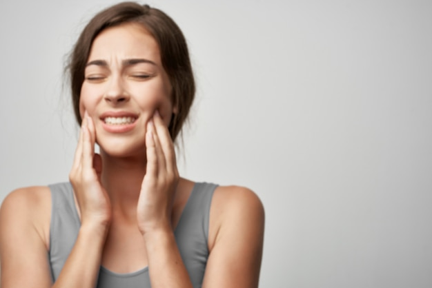 Donna con mal di denti medicina problemi di salute odontoiatria