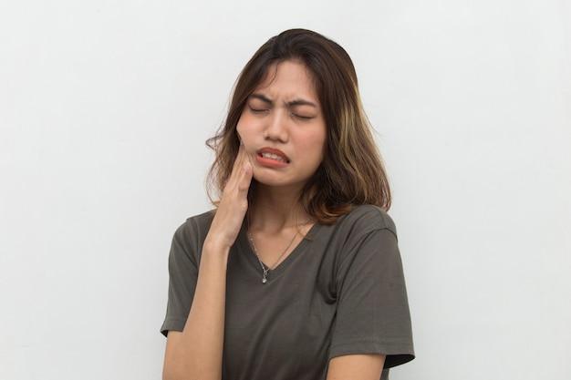 Donna con mal di denti che soffre di mal di denti dolore carie dente sensibilità ragazza igiene orale cura dentale concetto donna asiatica modello