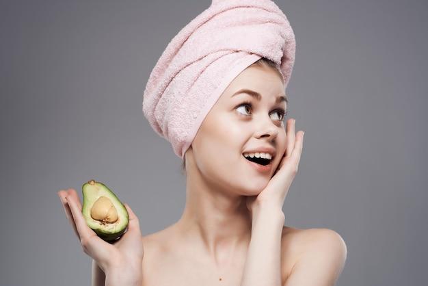 Donna con un asciugamano sulla testa pelle pulita vitamine sfondo isolato