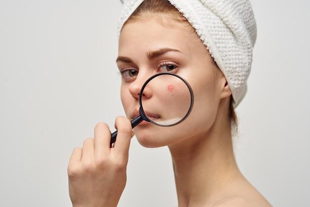 Donna con un asciugamano sulla mia testa dermatologia isolato sfondo