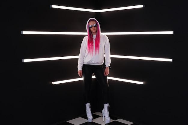 Donna con trecce rosa alla moda in luci bianche. concetto di tecnologia di innovazione digitale di realtà aumentata virtuale indossabile