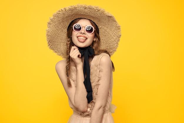 Donna con cappello vintage e abito beige