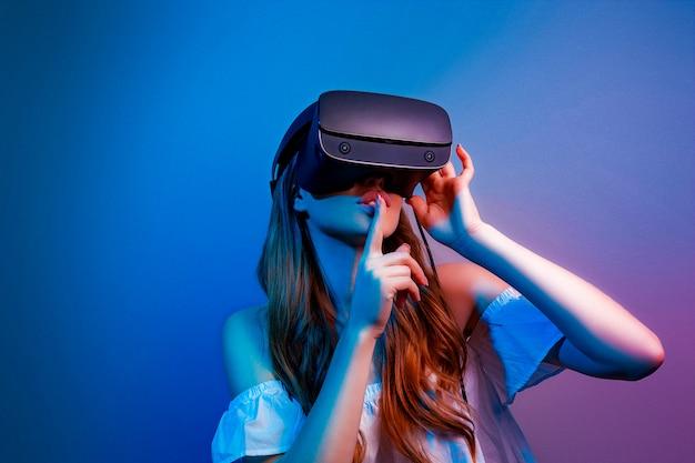 Donna con gli occhiali di realtà virtuale