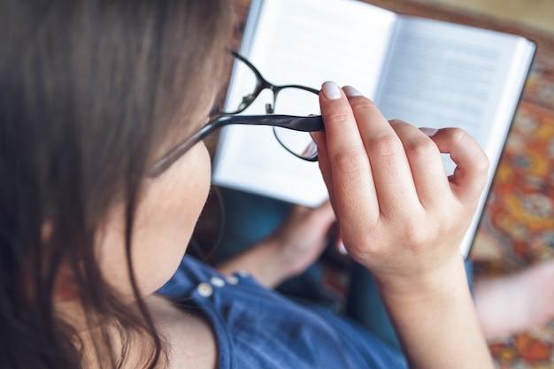 Una donna con problemi di vista vede male attraverso gli occhiali