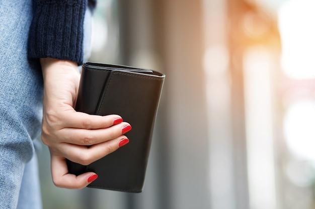 Una donna con un portafoglio pronto per lo shopping online