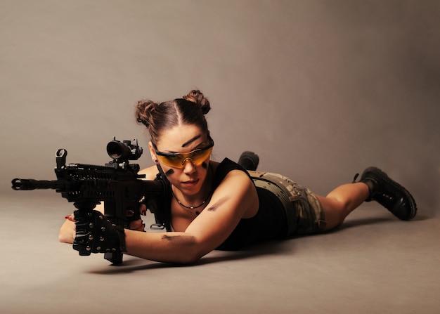 Donna con arma