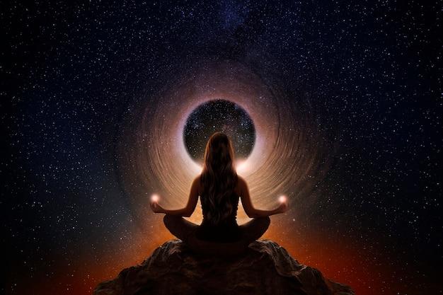 Donna con posa di meditazione yoga
