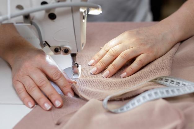 Donna al lavoro su una macchina da cucire
