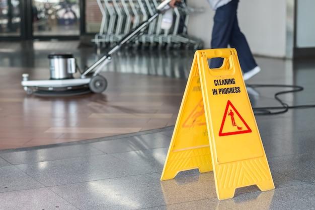 Lavoratrice che pulisce il pavimento con la levigatrice