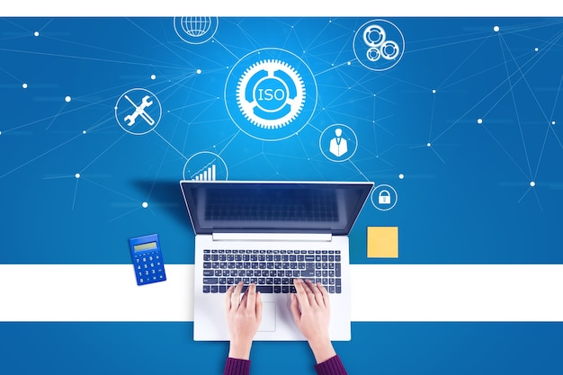 Computer di lavoro della donna con l'icona iso