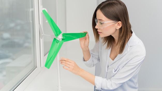 Donna che lavora su innovazioni energetiche