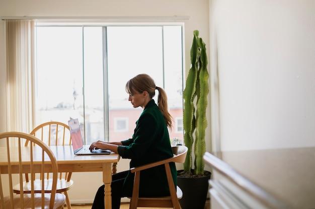 Donna che lavora da casa durante la quarantena del coronavirus