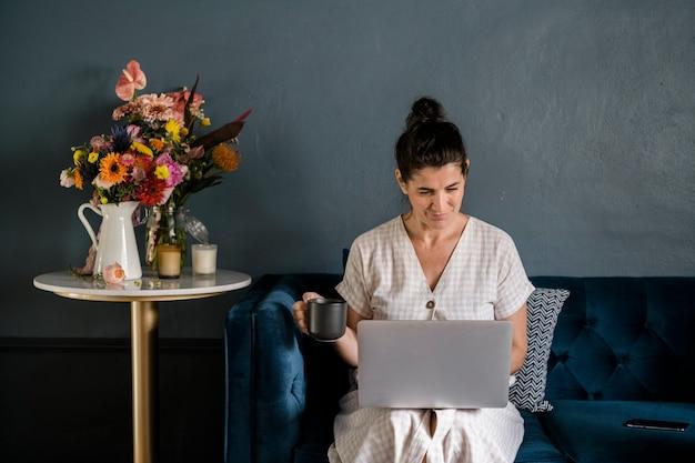 Donna che lavora nel suo soggiorno
