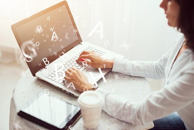 Donna che lavora in casa ufficio mano sulla tastiera da vicino.