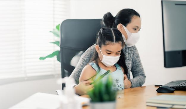 Donna che lavora a casa. impiegato in quarantena. lavoro a domicilio per evitare malattie da virus. libero professionista o concetto di lavoratore a distanza.