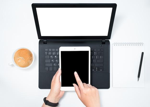 Donna che lavora su laptop e tablet digitale, vista dall'alto