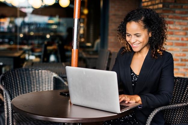 Donna che lavora su un computer portatile