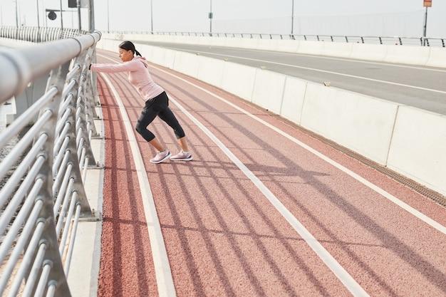 Donna che si allena allo stadio